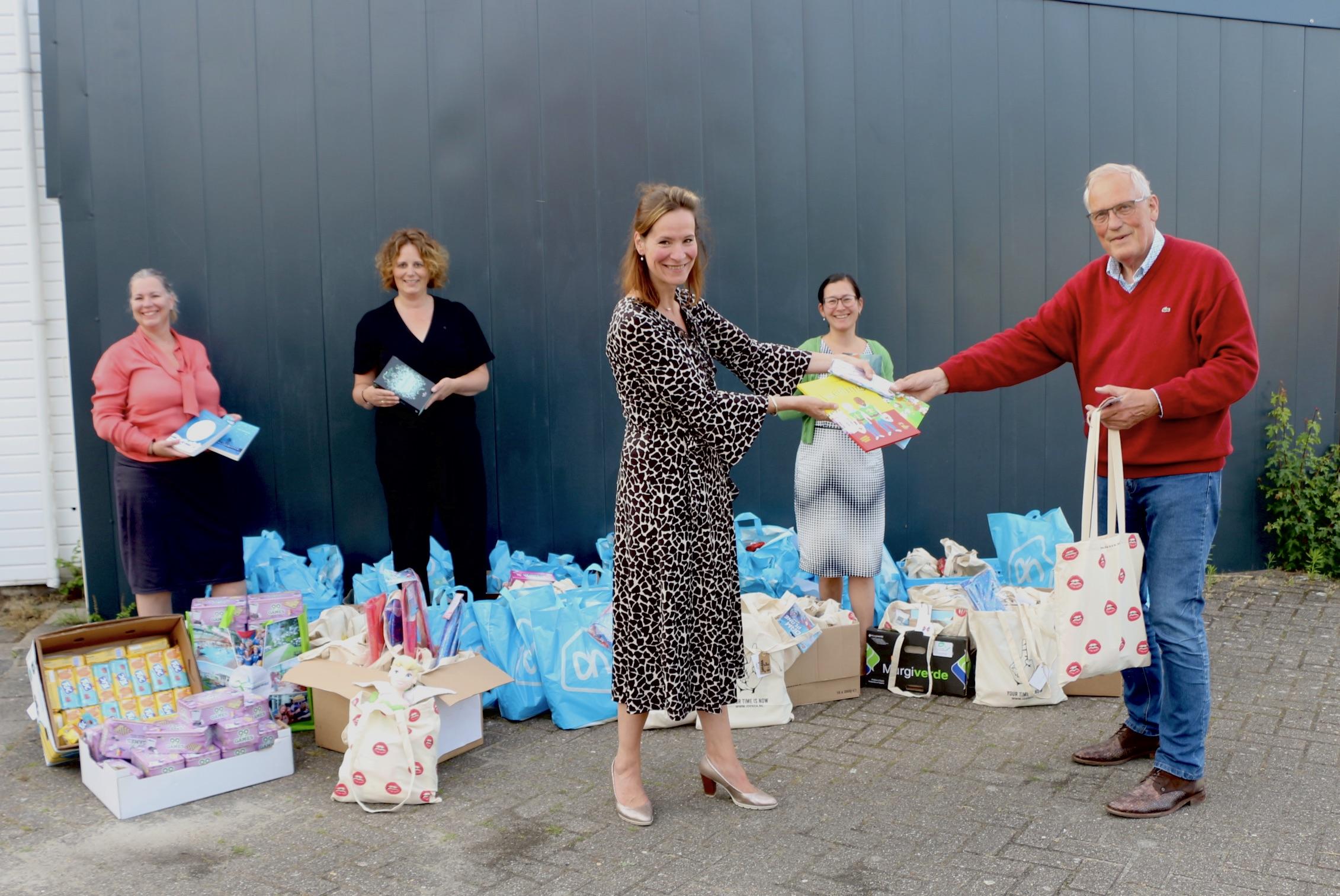 Overhandiging van de zomerpakketten door de Ladies Cirkel Gorredijk aan Arie van Dijk